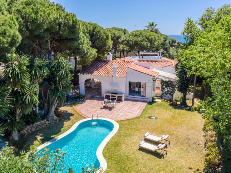 Charming villa in Calahonda 300 meters from the beach.