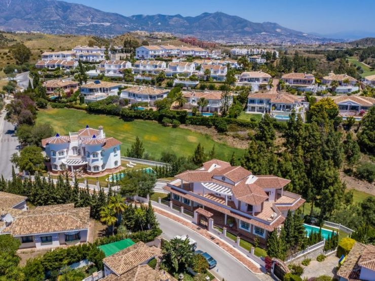 Stunning villa frontline golf in El Chaparral with sea views