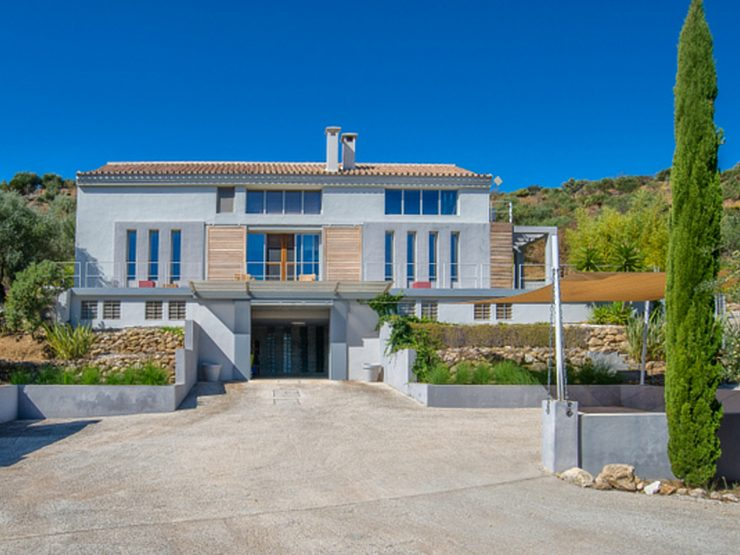 Beautiful furnished, contemporary and bright villa with stunning open views in Monda